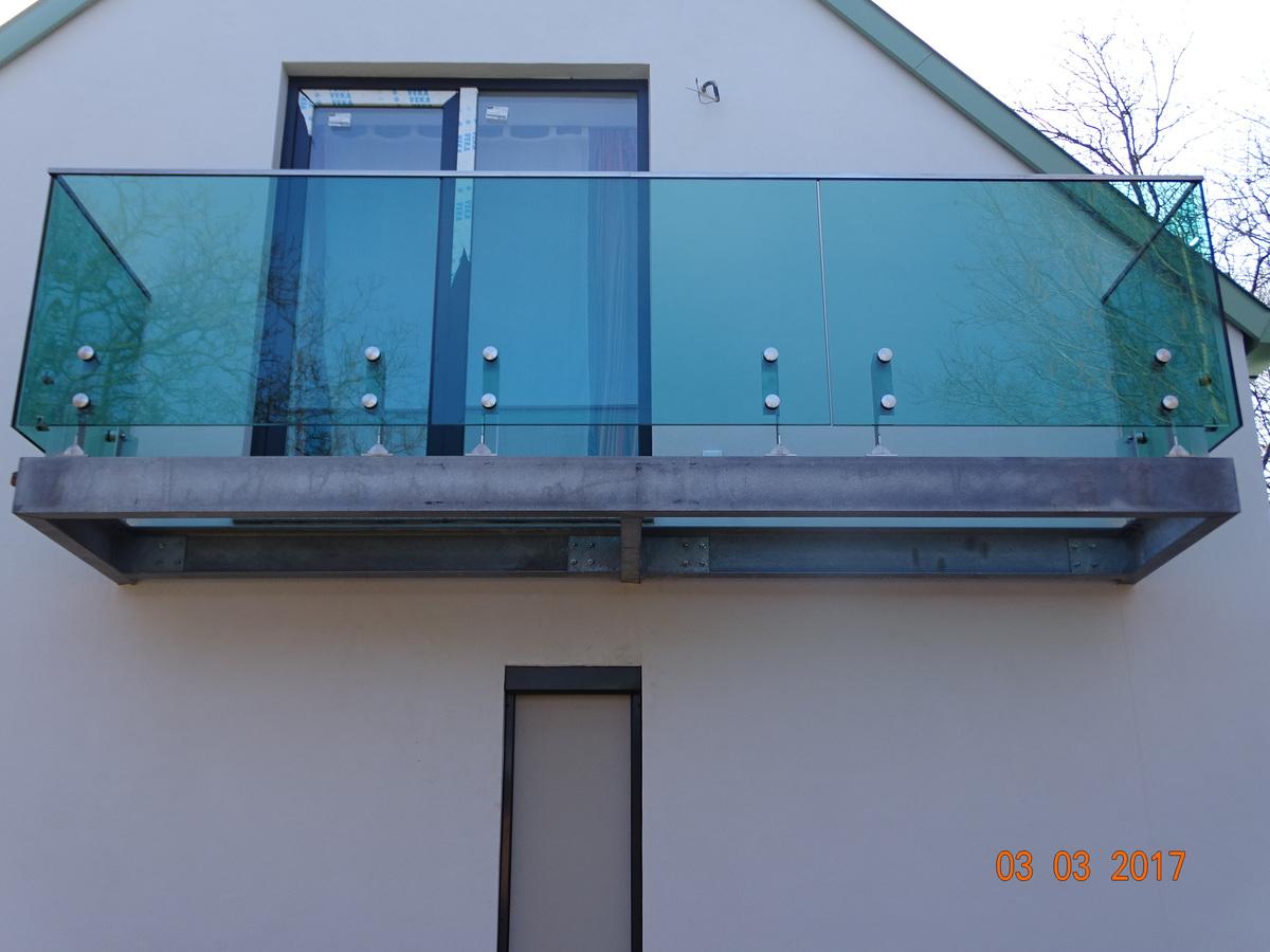 Rozsdamentes üvegbetétes erkélykorlát